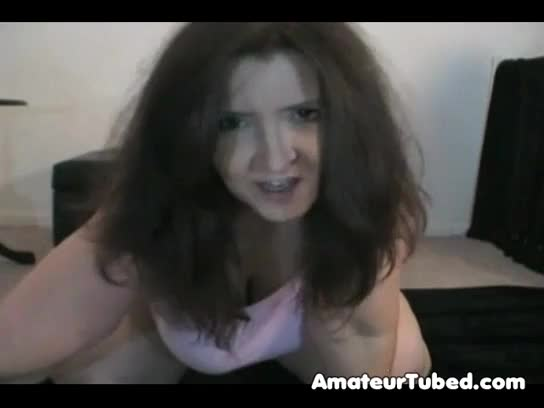 Coroa cuzudona masturbando o anus na webcam