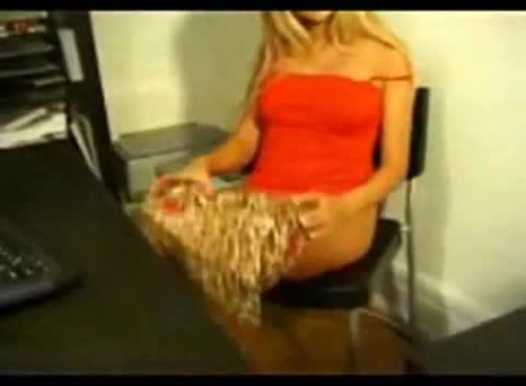 Cuzudona se diverte se masturbando no vídeo chat