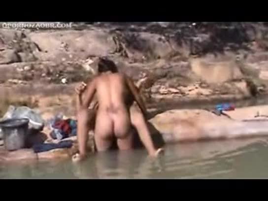 Fazendo sexo na beira do rio com a piranha