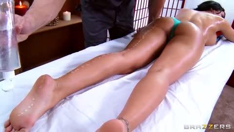 Morena ganha uma massagem e muito sexo