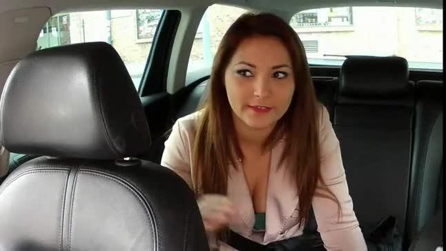 Ninfetinha fodeu dentro do carro e levou gozada