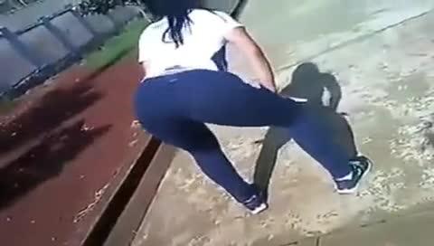 Novinha dançando no patio da escola