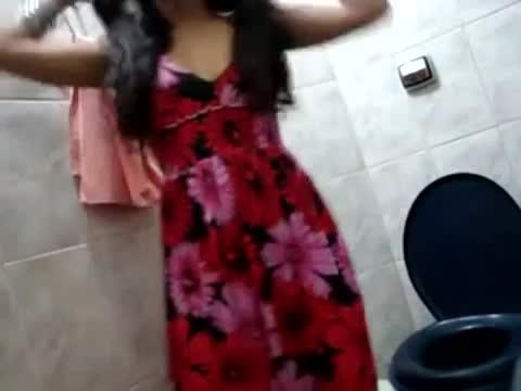 Novinha puta filmou a bucetinha no banheiro