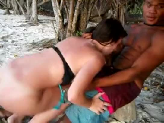 Safada deu pra um desconhecido na praia