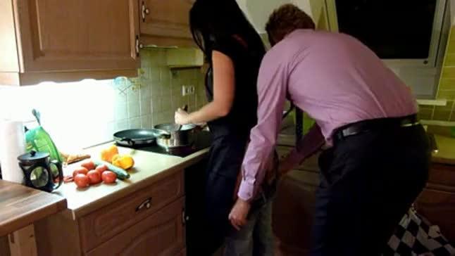 Socando na esposa na cozinha de casa