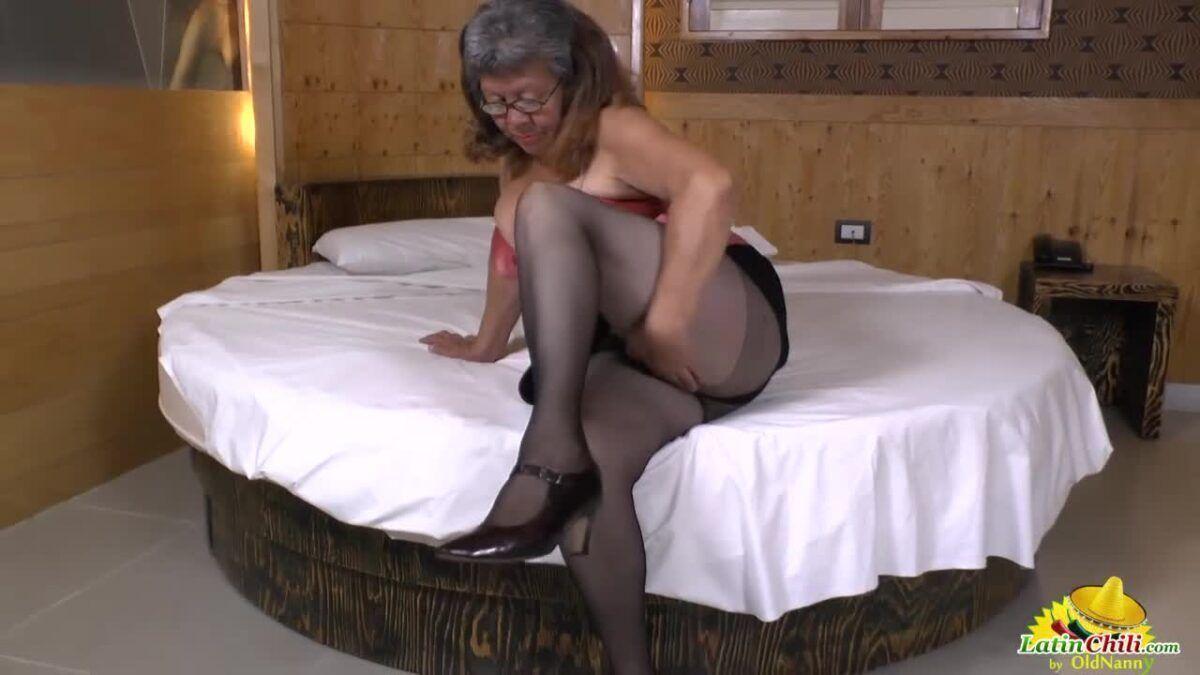 Vídeo de idosa se masturbando com vibrador gigante